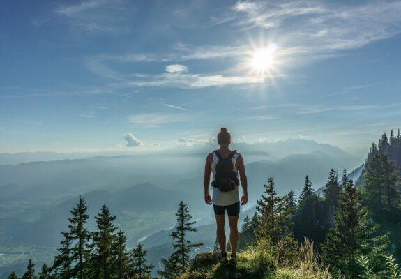 Femme en randonné sur une montagne